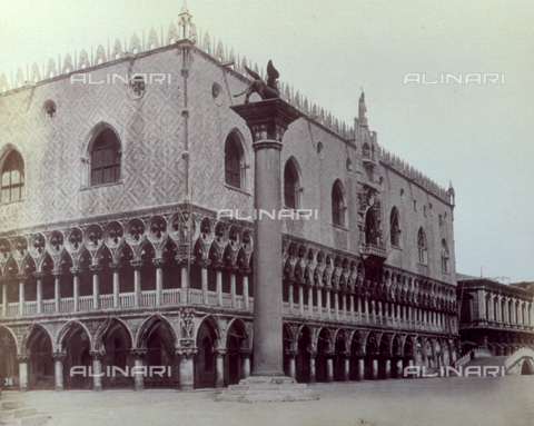 PDC-F-001613-0000 - Angle shot of the south and west facades of the Doges' Palace in Venice. In the foreground the column with the lion of St. Mark - Data dello scatto: 1860 -1880 ca. - Archivi Alinari, Firenze