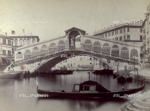 PDC-F-001616-0000 - The Grand Canal, in Venice, with the Rialto Bridge. In the foreground, a gondola - Data dello scatto: 1860-1880 ca. - Archivi Alinari, Firenze