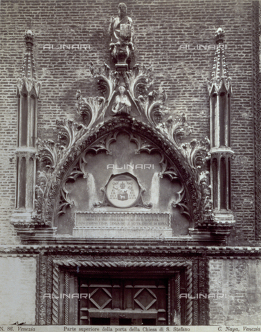 PDC-F-001623-0000 - Upper portion of the portal of the Church of Santo Stefano, in Venice: part of the cornice that encloses the wooden door and, above, the entire polylobed arch decorated with acanthus leaves, statues and spires, can be seen - Data dello scatto: 1860-1880 ca. - Archivi Alinari, Firenze