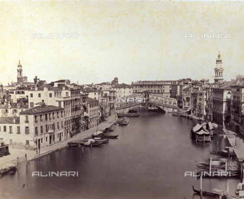 PDC-F-001642-0000 - Grand Canal in Venice with the Rialto Bridge: along the banks of the canal, two dense lines of buildings. Numerous boats are moored to the quay - Data dello scatto: 1860-1880 ca. - Archivi Alinari, Firenze