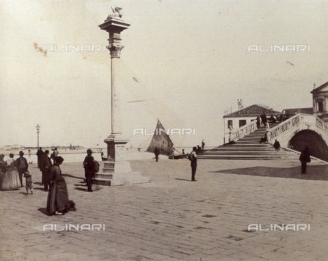 PDC-F-001655-0000 - The wharf at Chioggia with the column and statue of the Lion of St. Mark on top; on the right, Ponte Vigo - Data dello scatto: 1860-1880 ca. - Archivi Alinari, Firenze