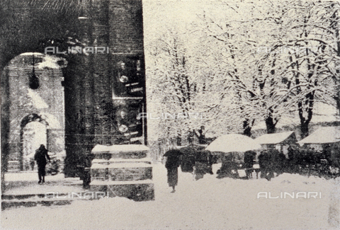 PDC-F-001697-0000 - View of the arcades of the Military District being Valdocco During a snowfall. On the right, some local market stalls, Turin - Date of photography: 1920-1940 - Alinari Archives-Palazzoli Collection, Florence