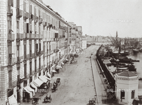 PDC-F-001830-0000 - Panorama of Messina: on the right, the port with boats moored; at the center, the road that skirts it, with gigs travelling on it; to the right, a dense row of buildings - Data dello scatto: 1860-1880 ca. - Archivi Alinari, Firenze