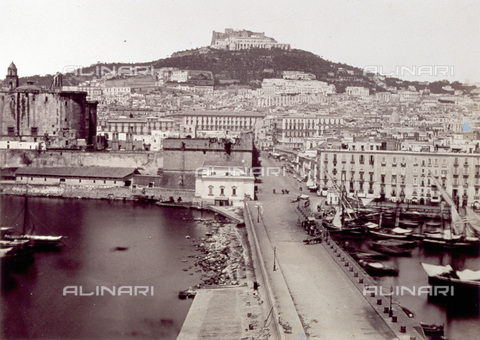 PDC-F-001832-0000 - Panorama of Naples from the port towards the hills: in the foreground, the urban road that runs through the port; in the background, the urban center and in the far background, Castel Sant'Elmo, on the top of a hill - Data dello scatto: 1862 - Archivi Alinari, Firenze