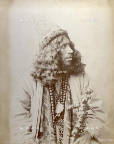 PDC-F-001960-0000 - Ritratto a mezzobusto di derviscio in abito etnico. Nella mano sinistra, tiene un bastone nodoso - Data dello scatto: 1889 ca. - Archivi Alinari, Firenze