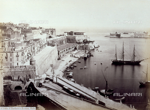 PDC-F-002032-0000 - The port of la Valletta in Malta with the bastions of Santa Barbara. In the port, anchored boats. - Data dello scatto: 1860-1862 - Archivi Alinari, Firenze