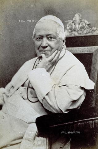 PDC-F-002180-0000 - Ritratto di Papa Pio IX, seduto. L'effigiato indossa l'abito talare bianco - Data dello scatto: 1870-1878 ca. - Archivi Alinari, Firenze
