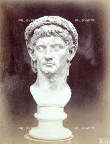 PDC-F-002244-0000 - L'immagine riproduce una testa antica raffigurante molto probabilmente un Imperatore romano adorno della corona d'alloro - Data dello scatto: 1860 - 1880 ca. - Archivi Alinari, Firenze