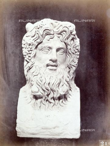 PDC-F-002245-0000 - L'immagine riproduce un'opera scultorea di epoca romana raffigurante una testa virile barbata - Data dello scatto: 1860 -1880 ca. - Archivi Alinari, Firenze