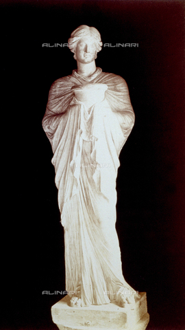 PDC-F-002259-0000 - L'immagine riproduce una statua raffigurante una sacerdotessa recante un vaso, conservata nell'atrio del Museo Capitolino a Roma. L'opera di età ellenistica indossa delle vesti che formano drappeggi. - Data dello scatto: 1860-1880 - Archivi Alinari, Firenze