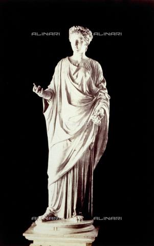 PDC-F-002265-0000 - L'immagine riproduce la statua della dea Flora, conservata nel Museo Capitolino a Roma. La dea è raffigurata, in piedi, con un mazzolino di fiori nella mano sinistra. - Data dello scatto: 1860-1880 - Archivi Alinari, Firenze