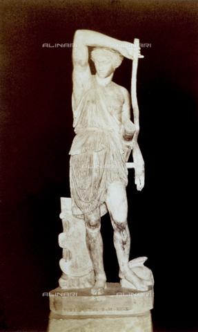 PDC-F-002279-0000 - L'immagine riproduce una statua raffigurante un'amazzone ritratta nell'atto di brandire un bastone. La scultura marmorea, da un famoso originale di Fidia, è conservata nel Museo Capitolino a Roma. - Data dello scatto: 1860-1880 - Archivi Alinari, Firenze