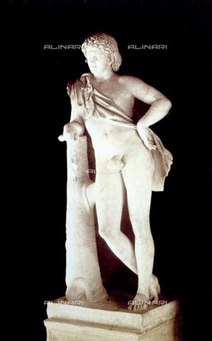 PDC-F-002280-0000 - L'immagine riproduce il famoso 'Fauno' di Prassitele, opera conservata nel Museo Capitolino a Roma. La scultura, conosciuta anche come il 'Satiro in Riposo', eaffigura un satiro leggermente ebbro che si appoggia ad un tronco d'albero. - Data dello scatto: 1860-1880 - Archivi Alinari, Firenze