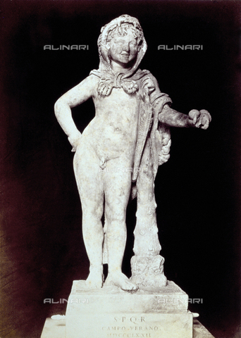 PDC-F-002289-0000 - L'immagine riproduce una statua raffigurante 'Ercole fanciullo', conservata nel museo del 'Palazzo dei Conservatori', a Roma. La figura marmorea, di età romana, è rappresentata, senza vesti, con clava e pelle di leone e con tre pomi nella mano sinistra, riferimento alle 'Esperidi'. - Data dello scatto: 1860-1880 - Archivi Alinari, Firenze