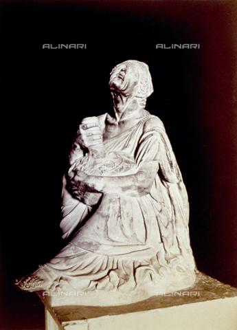 PDC-F-002309-0000 - L'immagine riproduce una statua raffigurante una vecchia ubriaca con un otre fra le mani. L'opera, forse replica da un originale di Mirone il giovane, è conservata presso il Museo Capitolino, a Roma. - Data dello scatto: 1860-1880 - Archivi Alinari, Firenze