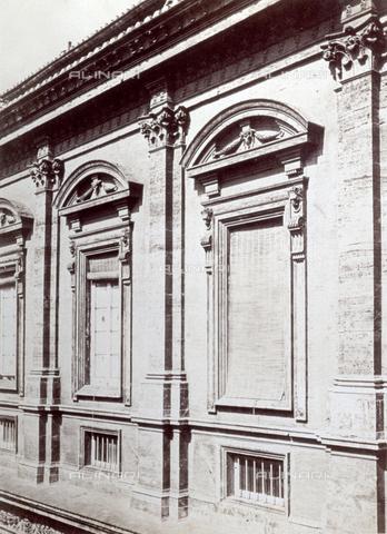 PDC-F-002375-0000 - Scorcio della rinascimentale facciata di un palazzo romano - Data dello scatto: 1870 -1890 ca. - Archivi Alinari, Firenze
