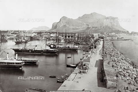 PDC-F-002897-0000 - Port of Palermo with numerous boats. In the background, Monte Pellegrino - Data dello scatto: 1860-1880 ca. - Archivi Alinari, Firenze