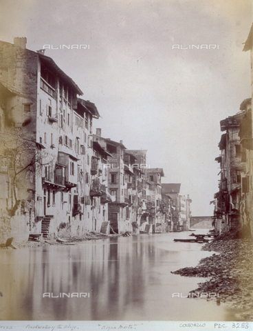 PDC-F-003263-0000 - Stagnant waters of the Adige river, in Verona, with low-income houses along the banks and laundry hanging at the windows - Data dello scatto: 1870-1890 ca. - Archivi Alinari, Firenze