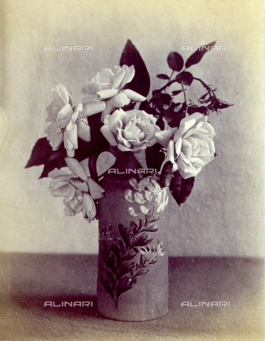 PDC-F-004134-0000 - Natura morta con rose. I fiori sono collocati all'interno di un vaso decorato di forma cilindrica - Data dello scatto: 1880 ca. - Archivi Alinari, Firenze