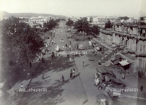 PDC-F-004194-0000 - Scorcio panoramico della città di Jaypur, in India. In primo piano, un lungo viale animato da passanti, animali e venditori ambulanti - Data dello scatto: 1880-1890 - Archivi Alinari, Firenze