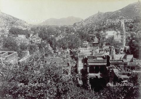 PDC-F-004195-0000 - Panorama della città di Amber, in India. Sullo sfondo, sono visibili le antiche fortificazioni. In primo piano, alcune rovine - Data dello scatto: 1880-1890 - Archivi Alinari, Firenze
