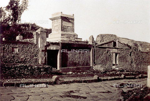 PDC-F-004533-0000 - The tomb built by Nevoleia Tyche for herself, for her husband Caius Munazio Fausto and for the liberti on Via dei Sepolcri in Pompeii - Data dello scatto: 1870 ca. - Archivi Alinari, Firenze