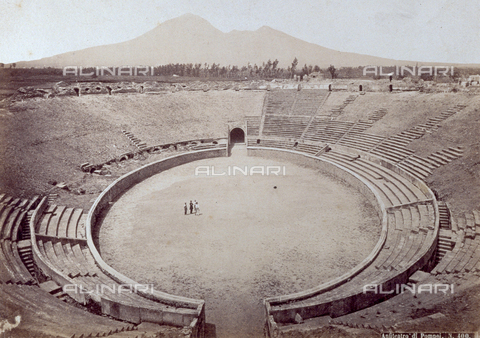 PDC-F-004536-0000 - The interior of the imposing Amphitheater of ancient Pompeii. Four men are at the center of the arena. In the background the profile of Vesuvius - Data dello scatto: 1870 -1880 ca. - Archivi Alinari, Firenze