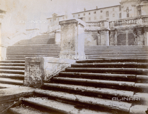 PDC-S-000461-0003 - Sweeping view of the 'Scalinata del Pincio' in Rome. A pedestal is on the steps. In the background an elegant building with terrace and balustrade - Data dello scatto: 1870-1890 ca. - Archivi Alinari, Firenze