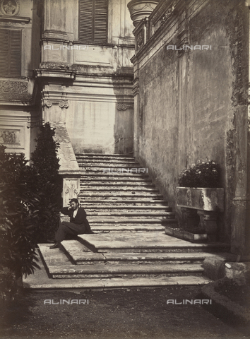 PDC-S-000461-0008 - A man sleeps on the steps of the Casino del Bel Respiro steps inside Villa Doria Pamphilj in Rome. On the right an ancient sarcophagus used as a planter - Data dello scatto: 1880 ca. - Archivi Alinari, Firenze