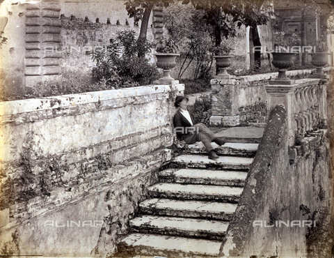PDC-S-000461-0011 - A man sleeping seated on a staircase. Behind him trees and the walls of a building can be glimpsed - Data dello scatto: 1870-1890 ca. - Archivi Alinari, Firenze