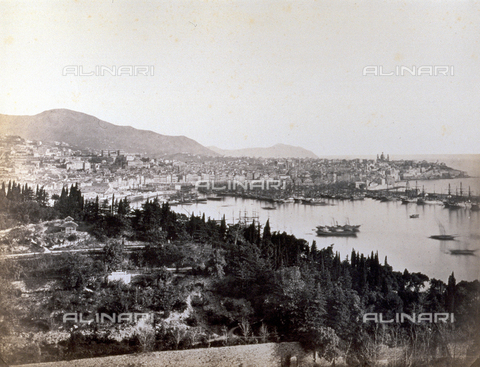 PDC-S-000590-0004 - Panorama di Genova con la zona del porto e le imbarcazioni ormeggiate. - Data dello scatto: 1860-1870 - Archivi Alinari, Firenze