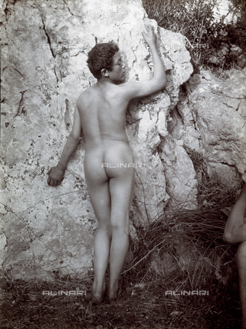 PDC-S-000865-0004 - Portrait from the rear of a nude adolescent. He is posing leaning on a rock - Data dello scatto: 1890-1900 ca. - Archivi Alinari, Firenze