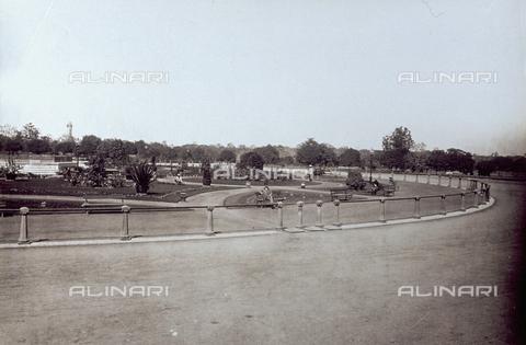 PDC-S-001878-0003 - Giardino pubblico con persone sedute o a passeggio. Il giardino è delimitato da una recinzione - Data dello scatto: 1870 -1880 ca. - Archivi Alinari, Firenze