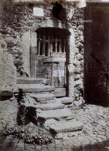 PDC-S-003217-0012 - Scala in pietra di una abitazione rustica, Italia - Data dello scatto: 1872 ca. - Raccolte Museali Fratelli Alinari (RMFA)-collezione Palazzoli, Firenze