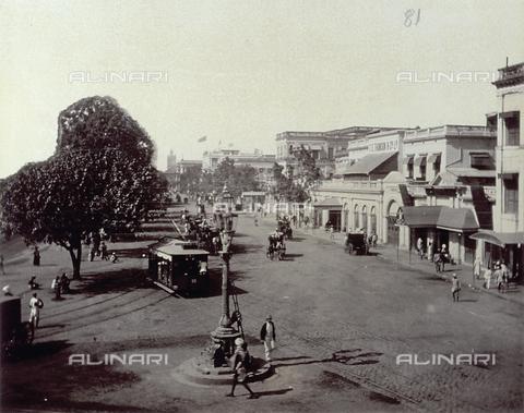 PDC-S-003980-0006 - Veduta di una strada di Calcutta animata da passanti e mezzi di trasporto - Data dello scatto: 1880-1890 - Archivi Alinari, Firenze