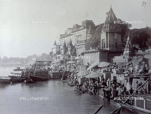 PDC-S-003982-0001 - Un tratto del fiume Gange a Benares (India). Sulla riva, affollata da induisti, sorgono alcuni templi - Data dello scatto: 1880-1890 - Archivi Alinari, Firenze