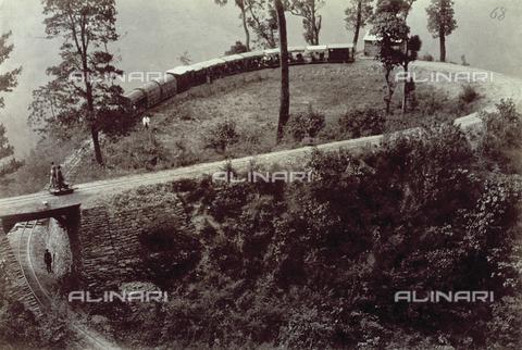 PDC-S-003986-0007 - Ripresa dall'alto di un tortuoso tratto della ferrovia per Darjeeling, in India - Data dello scatto: 1880-1890 - Archivi Alinari, Firenze