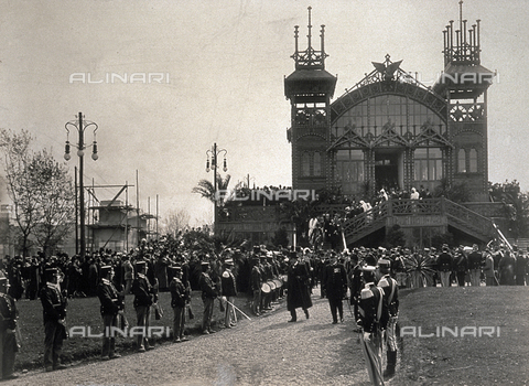 PDC-S-004426-0002 - The inauguration of the International Exposition of Milan in 1906 in the presence of the King of Italy. In the foreground the military parade. In the background a pavilion of the exposition - Data dello scatto: 1906 - Archivi Alinari, Firenze