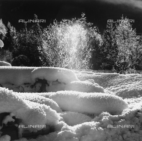PFA-F-001440-0000 - Plays of light and shade in the snow, in Valle dell'Engadina, in Switzerland