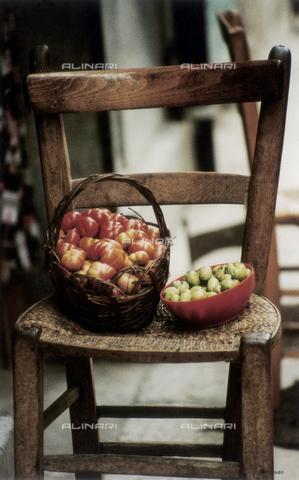 """PMD-F-000032-0000 - """"La sedia racconta"""", sedie nelle strade di Palermo - Data dello scatto: 1978 - Mimmo Pintacuda © Fratelli Alinari S.p.A. - Tutti i diritti riservati"""