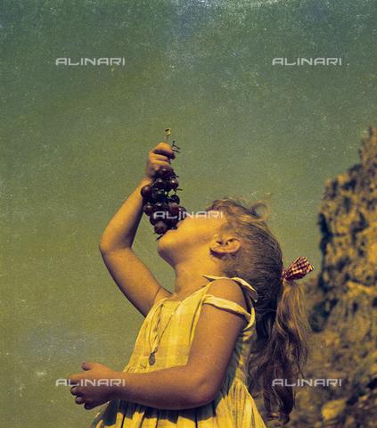 """PMD-S-002122-0004 - """"La bambina e il grappolo di uva"""", 1965 - Data dello scatto: 1965 - Mimmo Pintacuda © Fratelli Alinari S.p.A. - Tutti i diritti riservati"""