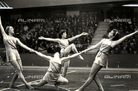 PPA-F-000192-0000 - The ballerina Irene Popard performs together with other dancers.