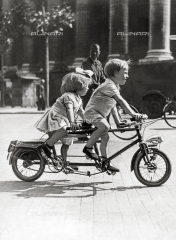 PPA-F-000302-0000 - Two children on a tandem bike in Paris