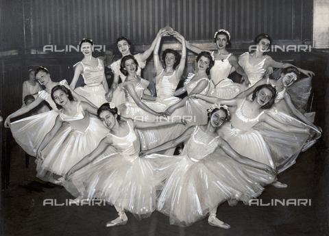 PPA-F-000422-0000 - Ballerine agli esami di danza del Conservatorio di Parigi - Data dello scatto: 17/06/1938 - Archivi Alinari, Firenze