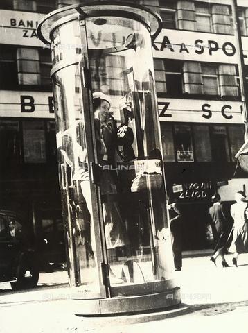 PPA-F-000673-0000 - Cabina telefonica a Varsavia - Data dello scatto: 1940 ca. - Archivi Alinari, Firenze