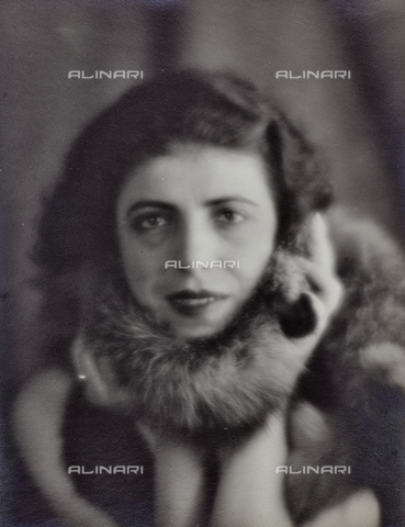 PTA-F-000199-0000 - Female portrait - Date of photography: 1930-1939 - Fratelli Alinari Museum Collections-Pasta Archive, Florence