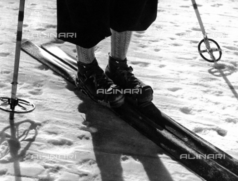 PTA-F-000908-0000 - Ski, ski-sticks, skiing-boot and legs of a skier, 1930s
