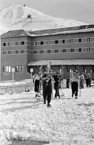 PTA-S-001072-1040 - Skiers on the Colle del Sestriere - Date of photography: 1940 ca. - Fratelli Alinari Museum Collections-Pasta Archive, Florence