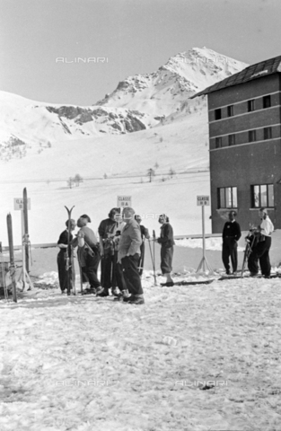 PTA-S-001072-1041 - Skiers on the Colle del Sestriere - Date of photography: 1940 ca. - Fratelli Alinari Museum Collections-Pasta Archive, Florence