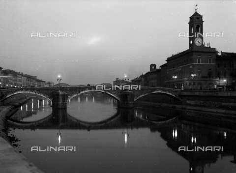 PTA-S-001302-0009 - The old Conte Ugolino bridge, called di Mezzo before the bombing, Pisa - Date of photography: 1930-1940 - Fratelli Alinari Museum Collections-Pasta Archive, Florence